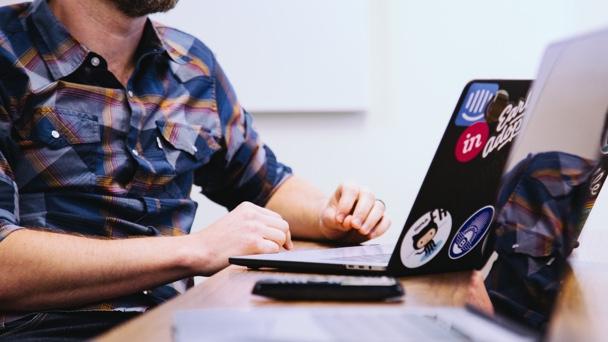 Greenscreen, Kleidung und Gestik – 5 Tipps für Ihre digitale Konferenz!